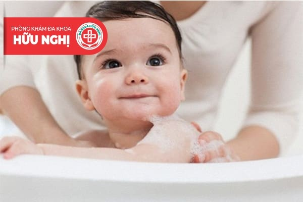 Để phòng tránh viêm bao quy đầu bậc cha mẹ cần vệ sinh sạch sẽ cơ thể trẻ hàng ngày